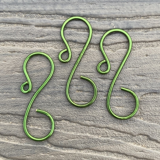 Mid-size simple ornament hook, green.